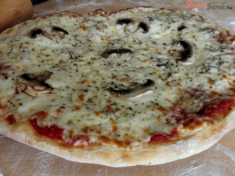 Egy igazán finom házi készítésű pizza gazdag feltéttel