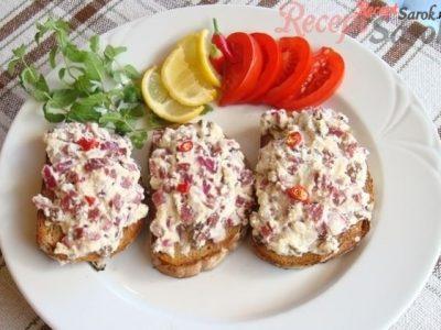 Baconos-túrós szendvics